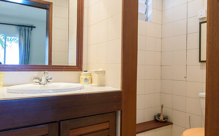 Coombes_017-bathroom