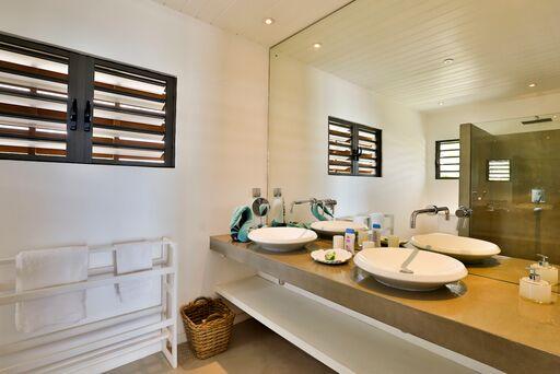 Villa-Azure-bathroom