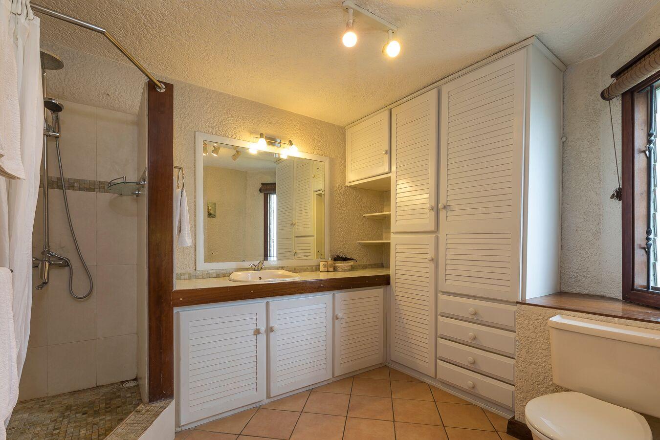Villa-Merville-1-bathroom-2