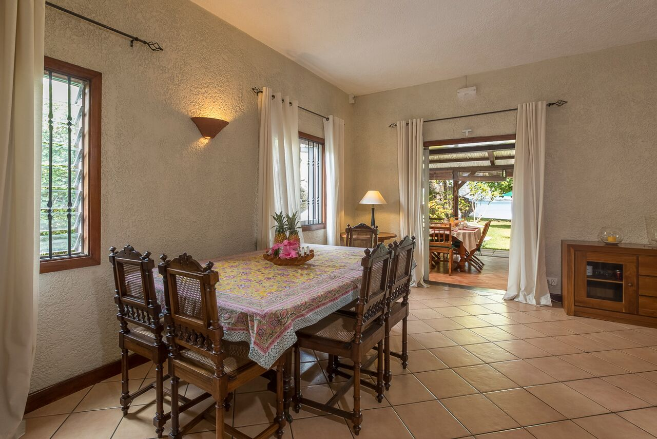 Villa-Merville-1-dining