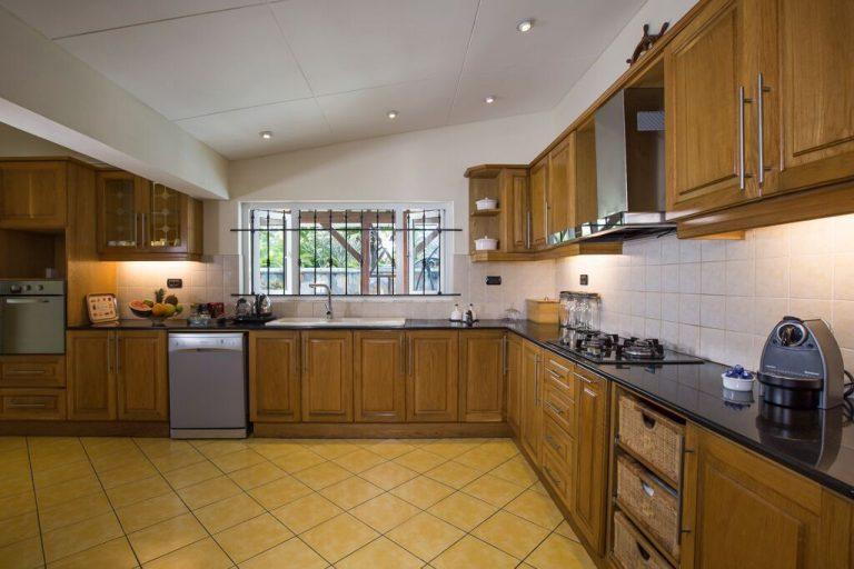 Villa-Tamarin-kitchen